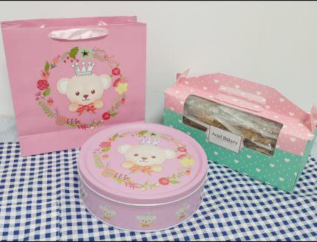 ➽宅配甜點。彌月喜餅推薦  Ariel bakery(艾瑞兒手作烘焙) の 泰迪熊鐵盒 & 20宮格曲奇禮盒 & 芝麻千層蛋捲酥 – 蛋奶素