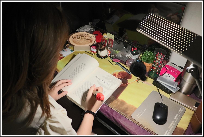 【檯燈/分享】喜萬年SYLVANIA の 第二代 LED小小冰極光護眼檯燈-雙色切換版 ➽ 靈魂之窗要保護,有個護眼檯燈是相當重要的
